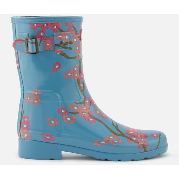 Hunter Women's Refined Blossom Print Short Wellies - Soft Pine Floral (78.490 CLP) ❤ liked on Polyvore featuring shoes, boots, blue, short ankle boots, floral boots, blue boots, short rain boots and lined rubber boots