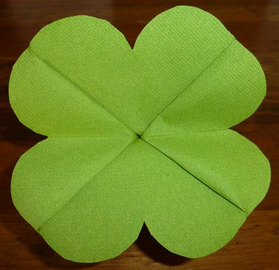 DIY - Pliage de serviette de table en forme de trèfle à quatre feuilles pour la Saint-Patrick (Source : http://www.2travelandeat.com/France/pliage.de.serviette.trefle.a.quatre.feuilles.html) #napkin #saint_patrick #decor