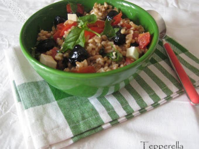 Una ricetta sana e semplice da preparare - Ricetta Antipasto : Insalata mediterranea freschissima di farro, pachino, basilico da Tepperella