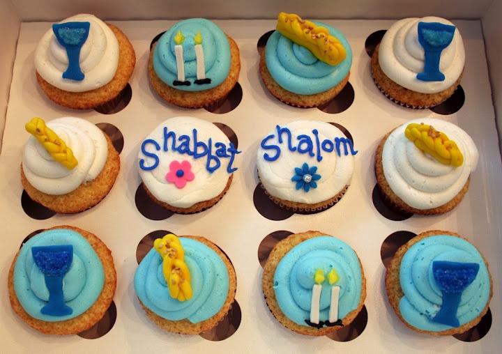 Shabbat Shalom cupcakes. Wouldn't these be great for dessert after Friday night Shabbat dinner or for a snack on Shabbat afternoon with friends?