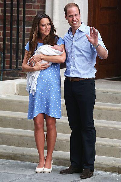 Принц Кембриджский с родителями покидает роддом.