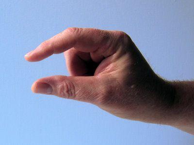 """Material: Finger Alter: ab 2 Jahre Vorbereitung: Die Kinder sitzen im Kreis. Spielidee: 5 klitzekleine Weihnachtsmänner gehen in den Wald. 5 Finger zeigen Sie wollen eine Tanne holen, denn Weihnachten ist bald. Aus Händen eine Tanne blinden Der erste sagt:""""Puh, ist die schwer!"""" Daumen zeigen Der Zweite sagt:""""Ich kann nicht mehr."""" Zeigefinger zeigen Der Dritte…"""