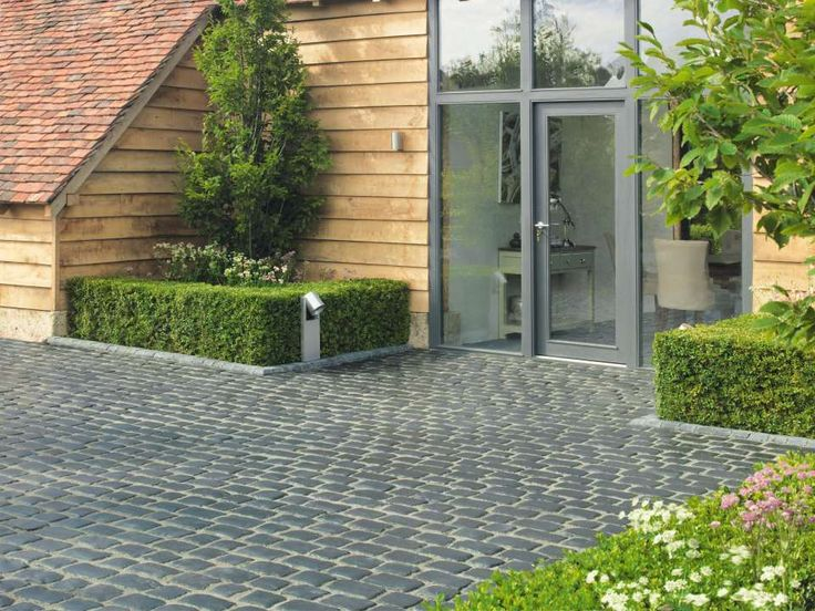 Millstone Driveway Setts | clipped formal hedges and contemporary lighting