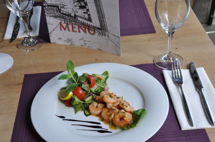 Krewetki w sosie chili podane na sałatce z ogórka zielonego i rukoli #shrimp #chili #fortezza #snacks