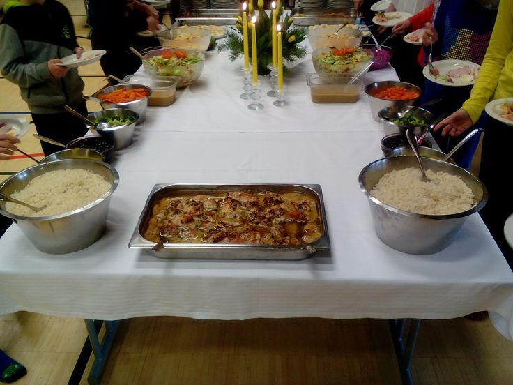 """Pääsiäisherkut noutopöydästä  Sulkavan yhtenäiskoululla. Tarjolla monelaista herkkua riisistä yrttibroileriin ja porkkanoista rosvopaistiin! """"Onko rosvopaisti tehty majavasta?"""" kysyi nuori koululainen."""