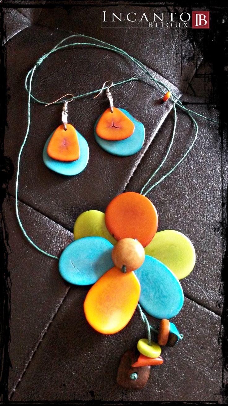 Oggi vi propongo un abbinamento creato ad hoc: fiore in Tagua montato su cordino regolabile ed orecchini in tinta, sempre in Tagua. Il tutto a soli 18 euro! Che ve ne pare?
