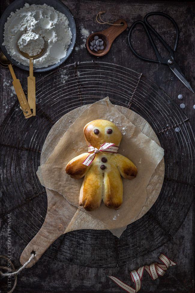 Heissa, ganz schön viele Namen gibt es für dieses – im wahrsten Sinne – süße Gebäck, das uns bereits seit ein paar Tagen durch die Auslagenglasscheibe der Bäckerei des Vertrauens…