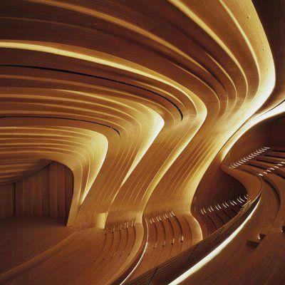 Les courbes réalisées en bois favorisent l'acoustique de la salle et encastrent les éclairages.