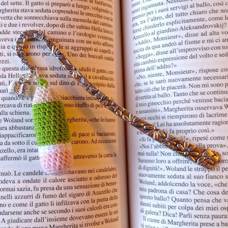 Segnalibro a gancio con matita verde amigurumi e charm a libro, fatto a mano all'uncinetto, by La piccola bottega della Creatività, 8,90 € su misshobby.com