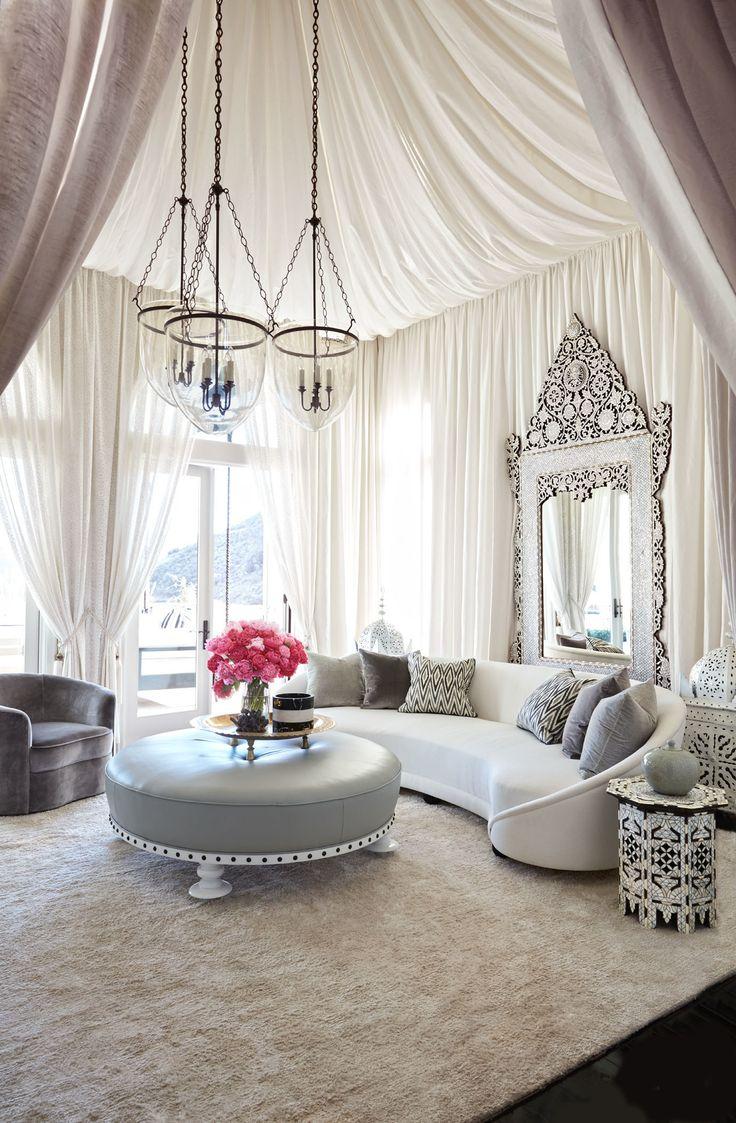 Дизайн штор для гостиной: 100 самых стильных и свежих трендов http://happymodern.ru/dizajn-shtor-dlya-gostinoj-xx-foto-modnaya-odezhda-dlya-okon/ Шикарный интерьер восточной гостиной в спокойных тонах