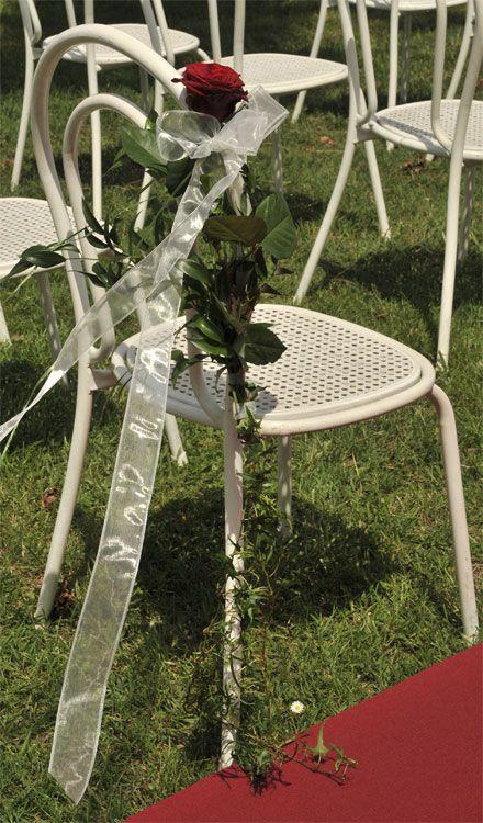 weißer Metallsessel bei einer Trauung - wunderschöne Deko