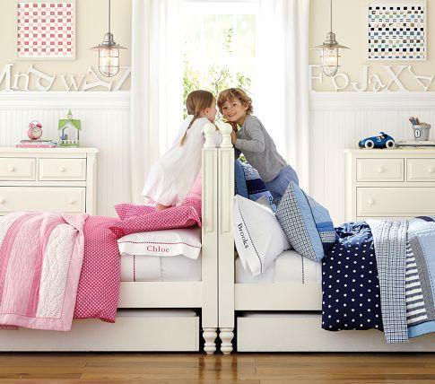 Une grande tête de lit bien haute pour séparer... et faire comme une palissade où discuter. #decoration #chambre #enfant