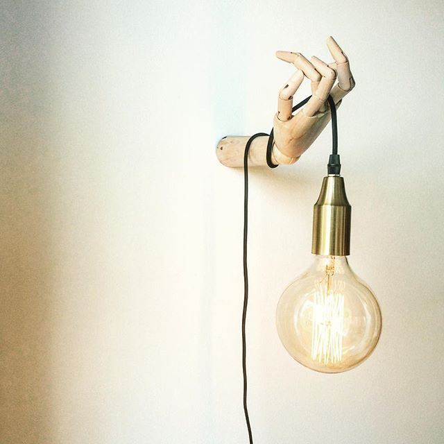 Min nye lampe i stuen, er endelig kommet op! Jeg er simpelthen så glad for den. Pære og fatning er fra Søstrene grene og hånden er fra HAY.  #homedetails