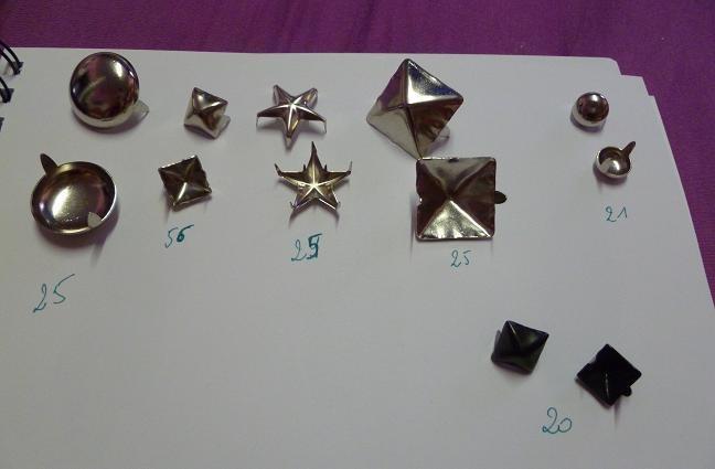 Clous de différentes formes   Disponible :   (tous argentés:)  56 clous carrés (petits)  25 clous carrés (grands)  25 clous étoiles   25 clous rond...