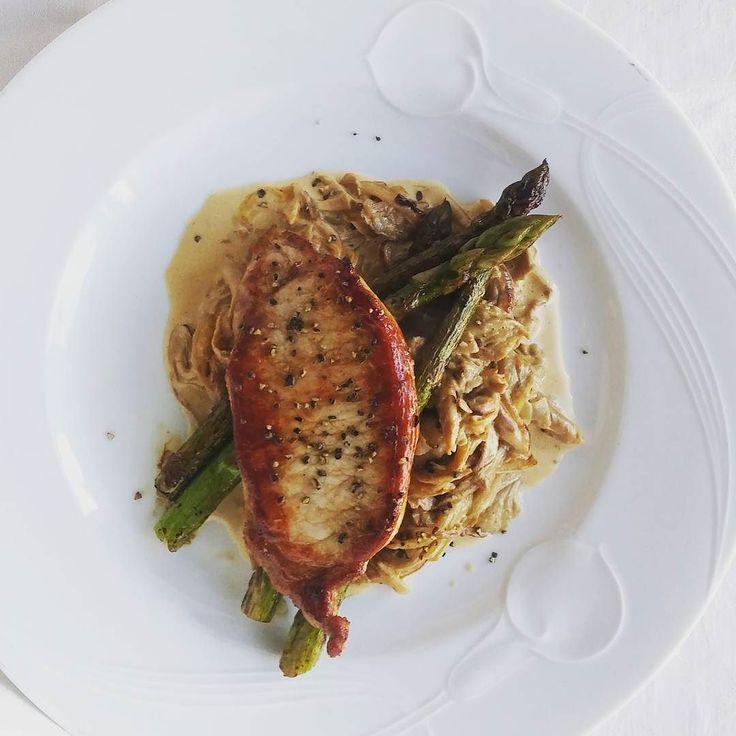 Kotona kasvatettuja osterivinokkaita kermassa paistettua parsaa ja porsaan ulkofileetä. @saxtorpsvamp #svampbox #saxtorpsvamp#itsetehty #instafood #food #foodgeek #foodgasm #foodie #foodblogger #foodporn #foodshare #instagood #foodlover #ruokablogi #ruoka#kotiruoka #herkkusuu #lautasella #Herkkusuunlautasella
