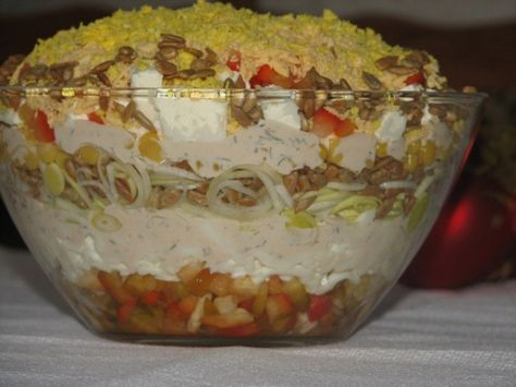 Pyszna warstwowa sałatka z serem feta i słonecznikiem.