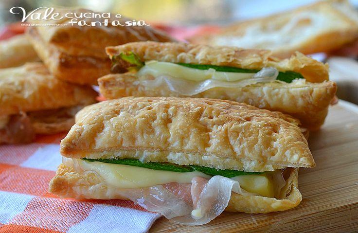 Sandwich di sfoglia con zucchine prosciutto e scamorza