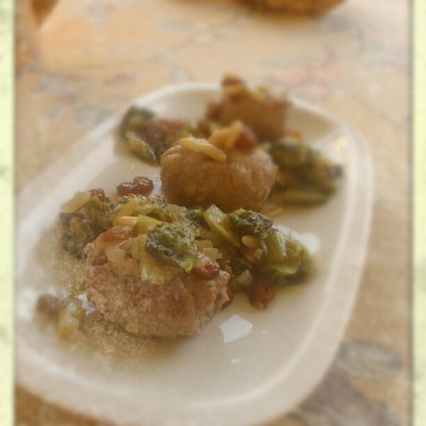 Bocconcini di Vitello con Scarola, Uvetta e Pinoli - Chunks of Veal with Escarole, Pine Nuts and Raisins - ............................................ http://atavolaconwilli.cucinare.meglio.it/bocconcini-scarola/