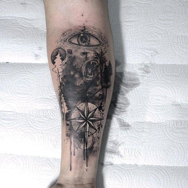 Tatuagem feita por Paulo Victor Skaz de Recife.    Aquarela em tons de preto e cinza de urso no antebraço.