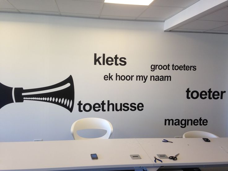 toeter wall with simplistic white office furniture