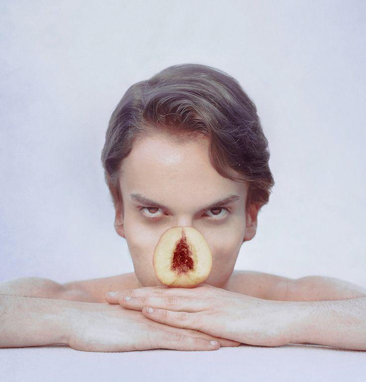 Overdag werkt de Franse fotokunstenaar Marwane Pallas voor een bank. In de avond vervangt hij zijn lichaamsdelen met fruit.