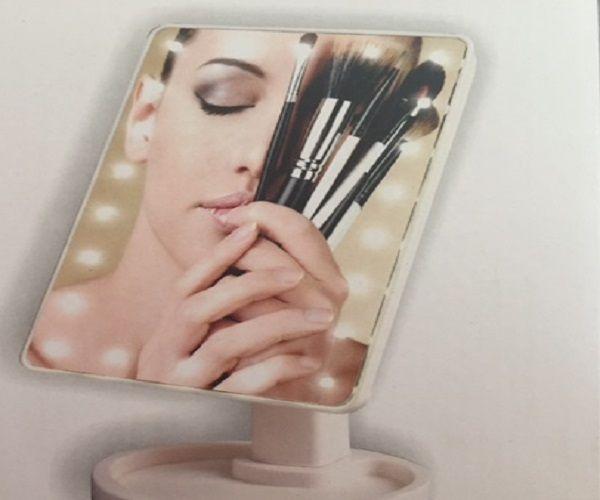 Μεγάλος καθρέφτης μακιγιάζ με φώτα led, για απίστευτη ευκρίνεια και απόδοση των χαρακτηριστικών του προσώπου σας! Χωράει παντού ακόμα και στην τσάντα σας! Βαφτείτε επαγγελματικά , περιποιηθείτε το πρόσωπο σας , αφαιρέστε τις ανεπιθύμητες τρίχες από τα φρύδια και το άνω χείλος με απόλυτη ακρίβεια και ευκολία! Δεν πρέπει να λείπει από κανένα γυναικείο μπουντουάρ. …