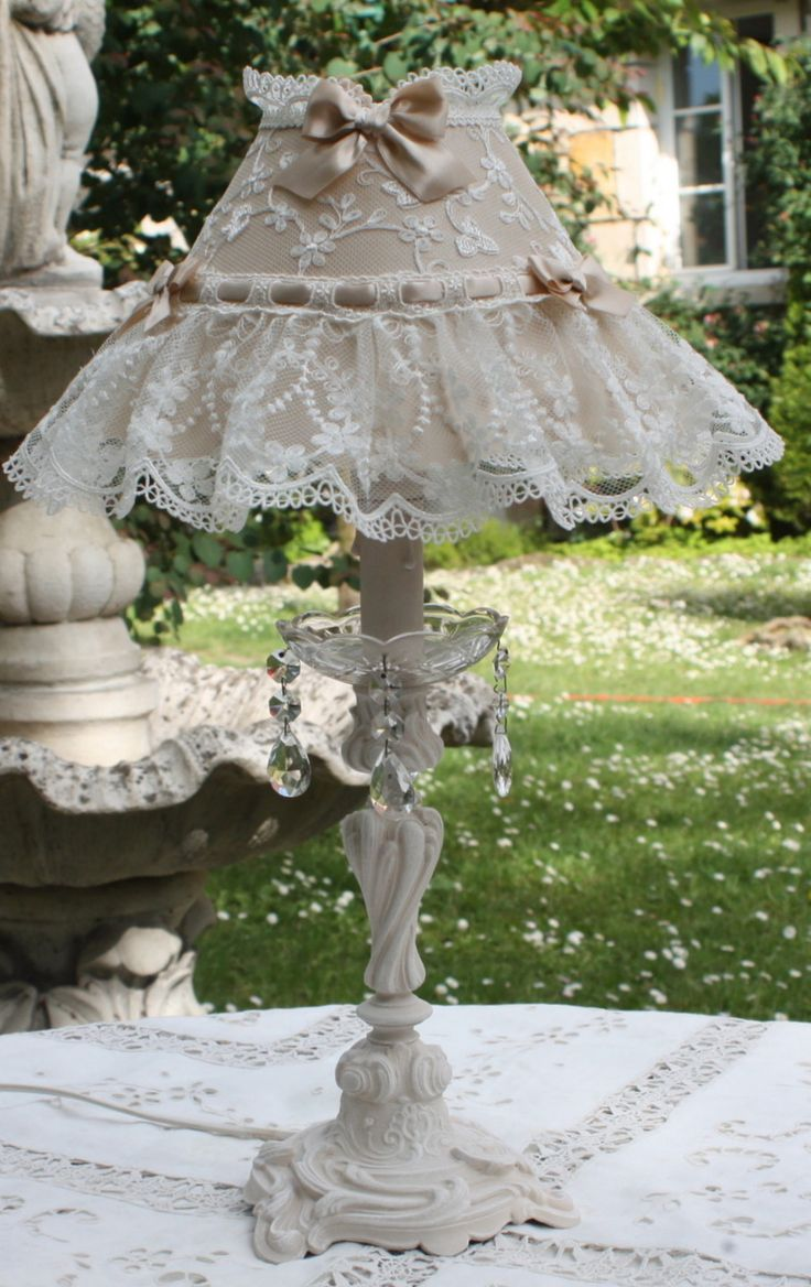 LAMPE EN BRONZE PATINEE IVOIRE ABAT JOUR SHABBY CHIC SOIE ET DENTELLE : Luminaires par fatipatine