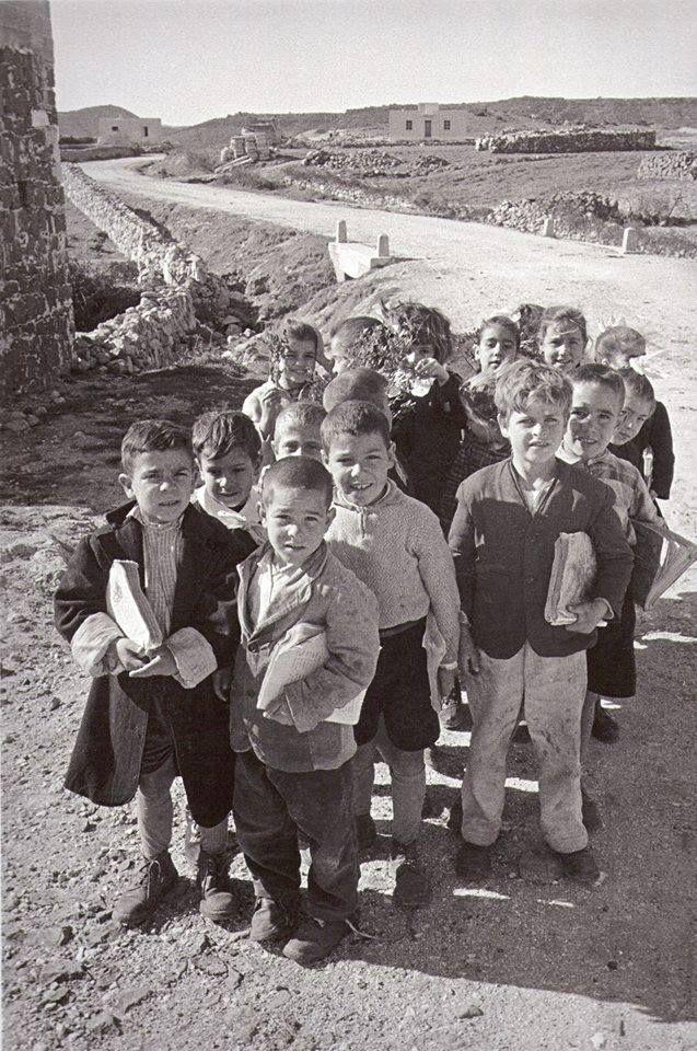Studentelli verso la strada di scuola