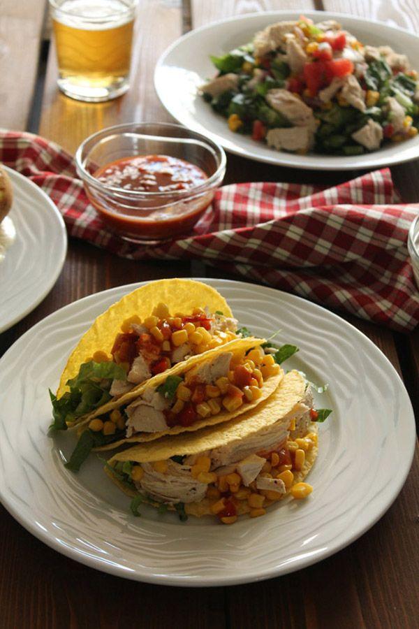 Τάκος με κοτόπουλο και καλαμπόκι, πατάτες με σκορδάτη sour cream και μεξικάνικη σαλάτα με κοτόπουλο
