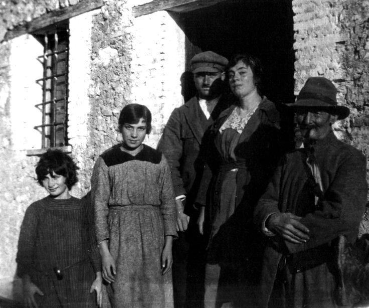 Scheggino, anni '30. Una famiglia contadina sull'uscio della propria casa con le grate in ferro che proteggono le finestre della cucina.