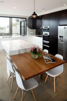 Cuisine moderne noire, blanche, bois. http://www.m-habitat.fr/par-pieces/cuisine/amenager-une-cuisine-ouverte-2616_A