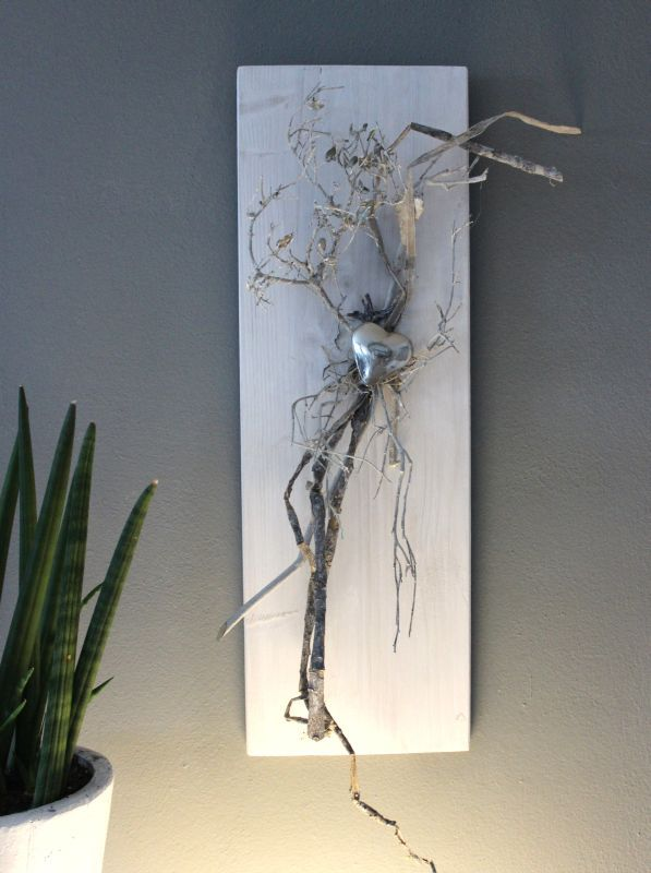 WD118 – Zeitlose Wanddeko! Holzbrett weiß gebeizt, dekoriert mit natürlichen Materialien und einem Edelstahlherz! Preis 39,90€ Größe 20x60cm