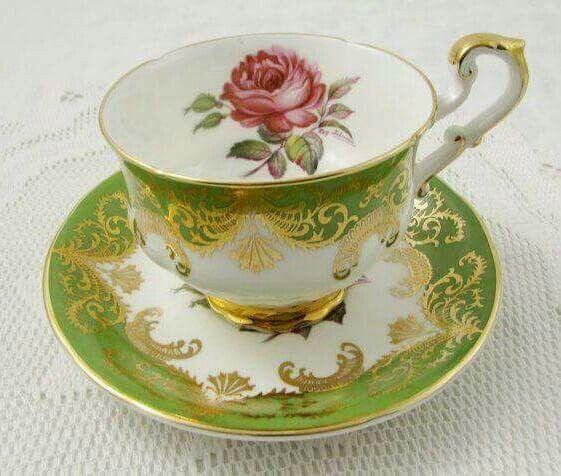Šálek na kávu * bílý porcelán se zeleno zlatým okrajem a malovanou růží.
