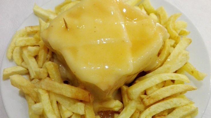 """Uno de los platos más famosos de Oporto es la """"Francesinha"""" y el Café Santiago es uno de los mejores locales de la ciudad para probarla"""