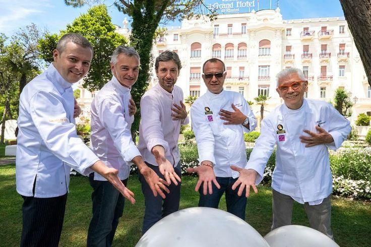 Il sindaco di Rimini con alcuni chef davanti al Grand Hotel.