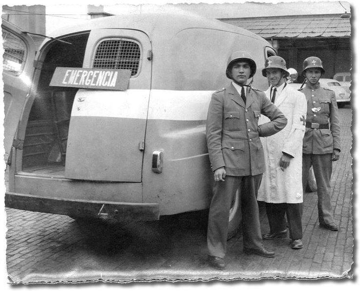 Santafé de Bogotá - Policias bogotanos posando junto a un auto de patrulla de la época, llamada popularmente bola o dama gris. Año 1956. Post de Jairo Pedraza