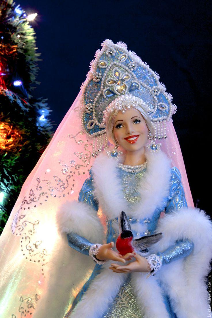 Купить или заказать Кукла Снегурочка с снегирями в интернет-магазине на Ярмарке Мастеров. Куколка сделана на заказ, выставлена для примера. Возможен повтор на заказ. Стоимость повтора указана в конце описания. Больше фотографий куклы в разных ракурсах можно посмотреть в моем блоге по этой ссылке - www.livemaster.ru/topic/1537377-v-dopolnenie-k-rabote-snegurochka-s-snegiryami?vr=1&inside=0 Куколка полушарнирная, выполнена в смешанной технике ( лепные детали из полимерной глины - гол…