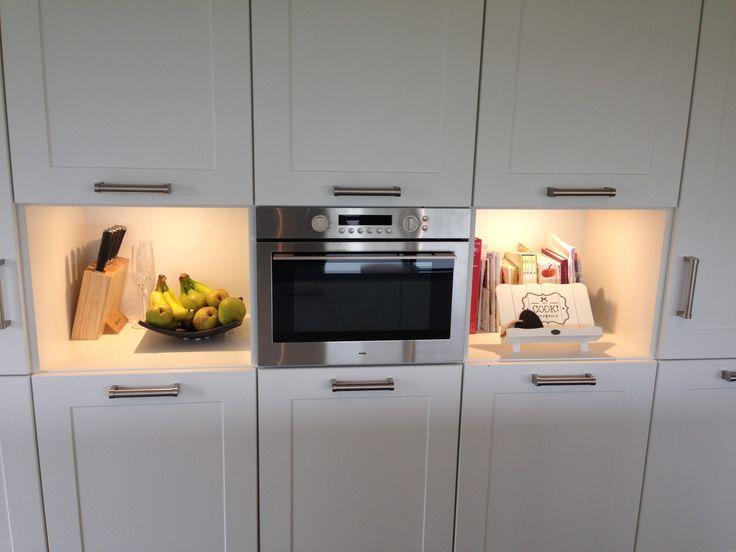 Keuken model met breed kader deur, Silestone werkblad, apparatuur van ATAG en een plafondunit van Wave. Zeer ruim qua opzet en veel licht inval.