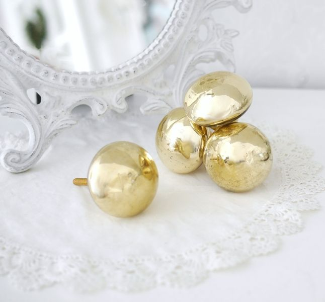Vacker rund glas knopp med blank guld/mässings färgad yta. I greppvänlig modell. Med gul/mässings färgad stomme något mörkare än