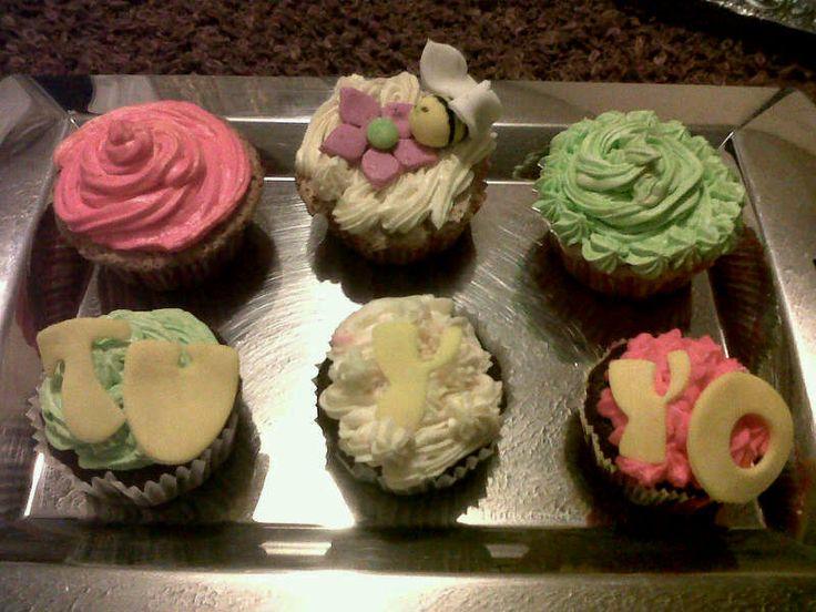Cupcake de vainillas y chocolate toppin de limon,vainilla, fresa