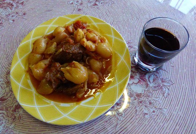 Het recept van Stifado, een traditioneel Grieks gerecht met konijnenvlees of rundvlees.