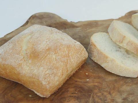 """Ciabatta... Geleneksel bir İtalyan ekmeği olan """"ciabatta"""" tarifini Şef Deniz Orhun anlatıyor. http://www.hurriyetaile.com/yemek-tarifleri/ekmek-tarifleri/ciabatta_2769.html"""
