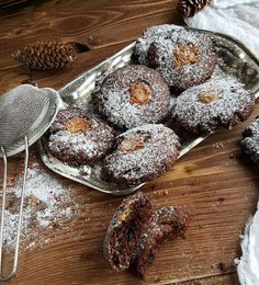 """Шоколадное печенье с овсяной мукой, творогом и медом. . Прочитав рецепт этого печенья у Нины @niksya , приготовить его захотелось немедленно. Дети постоянно требует чего-нибудь шоколадного... А это печенье и шоколадное, и полезное... Одно """"но"""", кое-каких ингредиентов у меня не было, поэтому пришлось заменить. Я напишу здесь оригинальный рецепт Нины, в скобках укажу свои изменения. .  И н г р е д и е н т ы:  1 яичный белок 140 г мягкого творога без крупинок (у меня с крупинками 6%) 1 ч. л…"""