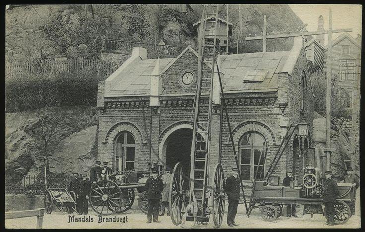 Vest-Agder fylke MANDALS BRANDVAGT. Flott nærmotiv med brannbiler og brannmenn  Utg Signe Leschbrandt, Mandal stemplet 1910