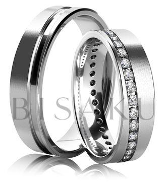 K11 Úchvatné snubní prstýnky z bílého zlata, v saténově matném provedení. Výrazným prvkem na obou prstenech je lesklá, diagonálně vedená drážka, která se line po celém obvodu obou prstenů. Dámský prsten je v drážce zdoben kameny po celém obvodě. #bisaku #wedding #rings #engagement #svatba #snubni #prsteny