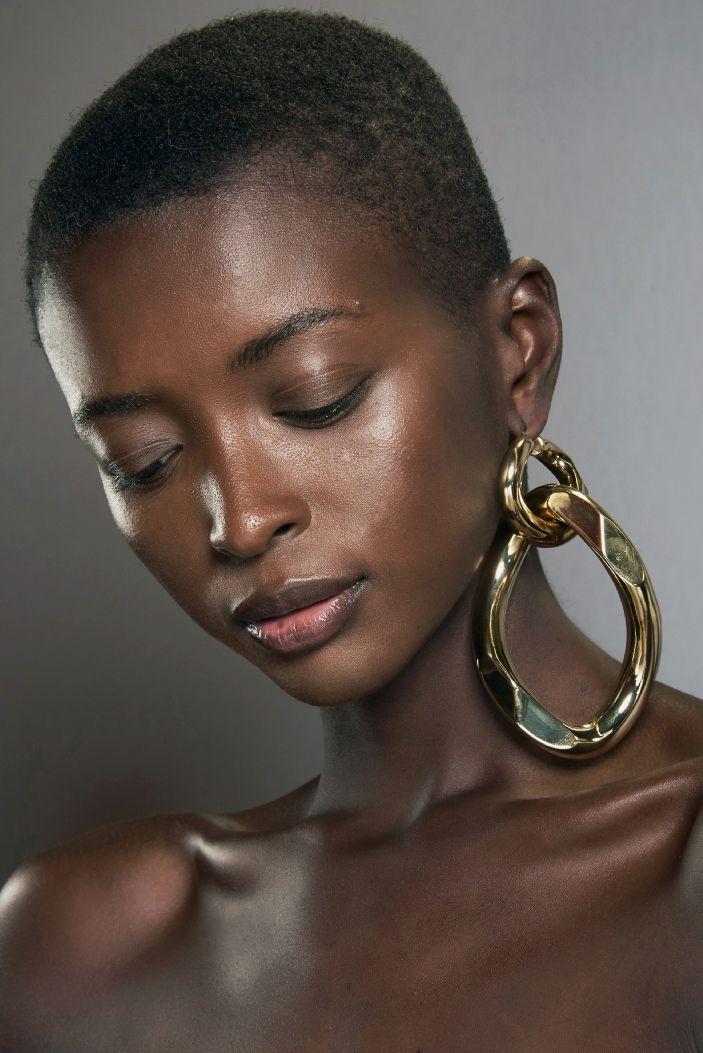 Modna Bizuteria Na Nowy Sezon Naszyjniki Bransoletki Pierscionki I Kolczyki Ktore Bedziemy Nosic Jesienia Trendy 2020 2021 Balmain Earrings Hoop Earrings