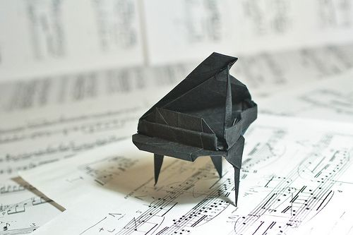 Cute Mini Origami Piano - http://www.ikuzoorigami.com/cute-mini-origami-piano/