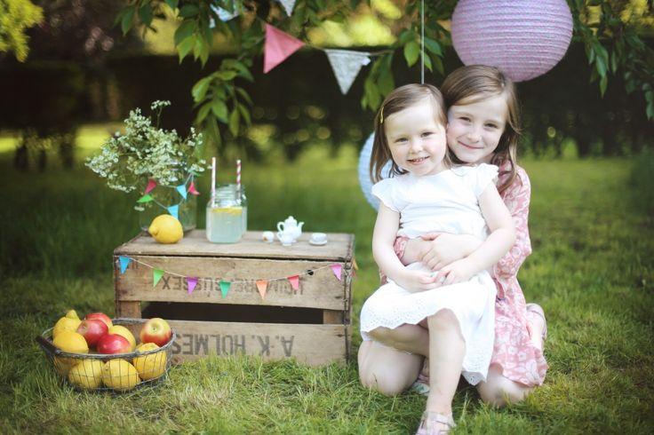Lemonade stand photo session in the park. SOFIA PLANA | UK & DESTINATION WEDDING PHOTOGRAPHY | LONDON WEDDING PHOTOGRAPHER | LIFESTYLE & FAMILY PHOTOGRAPHER