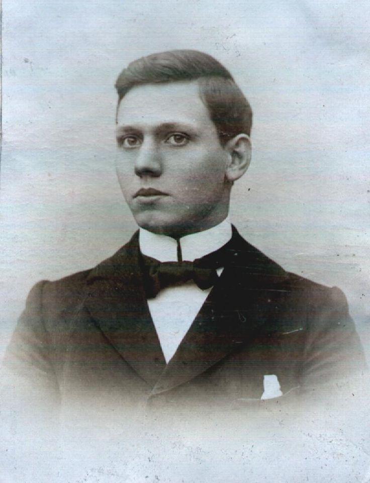 Ondanks vaste voornemens altijd alleen te blijven, trouwde Beata toch, Jacques Jelle van Helsdingen (hier ca 1900) was ambitieus, intelligent en hij las haar werk met plezier.