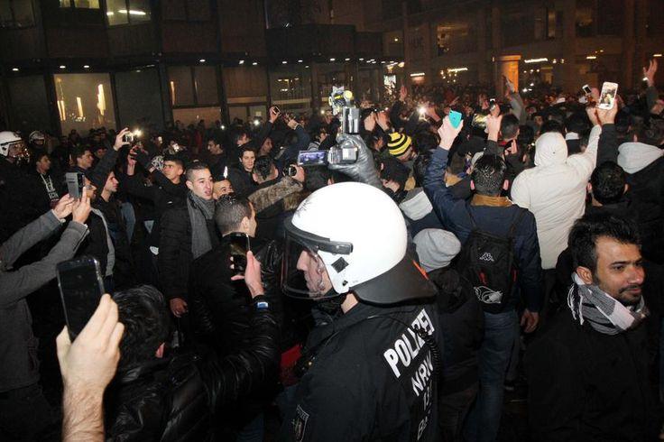 01. leden 2017 Dortmund / Německo S Novým rokem přinášejí německá média zprávy o silvestrovském dění z různých koutů Německa. Díky vysokému počtu nasazených policistů a dalších záchranných a bezpeč…
